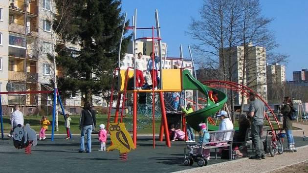 Dětské hřiště v Čelakovského se dočká nového povrchu.