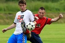 Fotbalisté Hodkovic dokázali vyhrát na půdě Rychnova (V červeném) 1:0. O titulu rozhodne poslední kolo okresního přeboru.
