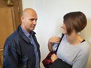 Pavel Šryrtr odchází ze soudní síně na svobodu. Na snímku jeho právní zástupkyně Karolína Babáková.