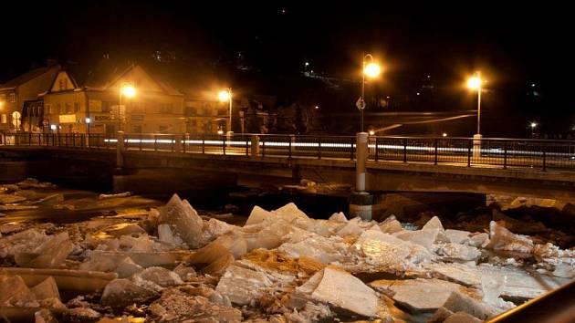 Hukot vody a třesk ledových ker na Jizeře, řev sirén. Tak vrazila obleva v sobotu nad ránem do Železného Brodu. Vlivem tání se Jizerou prohnala doslova lavina ker a vody.