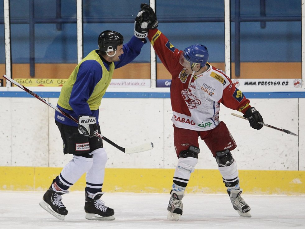 Fotbalisté Baumitu si zahráli hokej. Na snímku gratuluje v duchu fair play Vít Beneš z druhého týmu Karlu Pitákovi (vpravo) k jeho druhé brance.