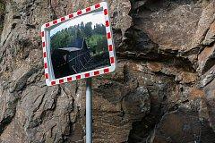 Dopravní zrcadlo. Ilustrační fotografie.