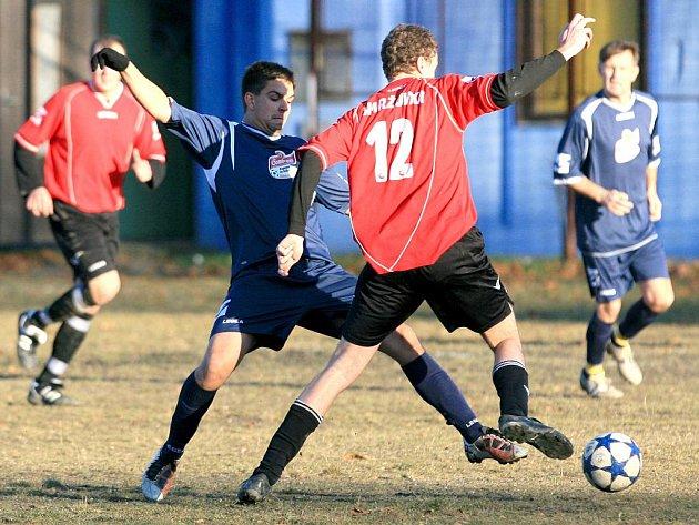 Opakované utkání mezi Smržovkou a Velkými Hamry B (v modrém) skončilo ramízou 2:2.