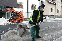 V Jablonci obhospodařují ze 142 kilometrů chodníků 42 km. V silách města není zajistit úklid na všech komunikacích pro pěší. Cena za celkový úklid by se vyhoupla na několik desítek milionů korun.