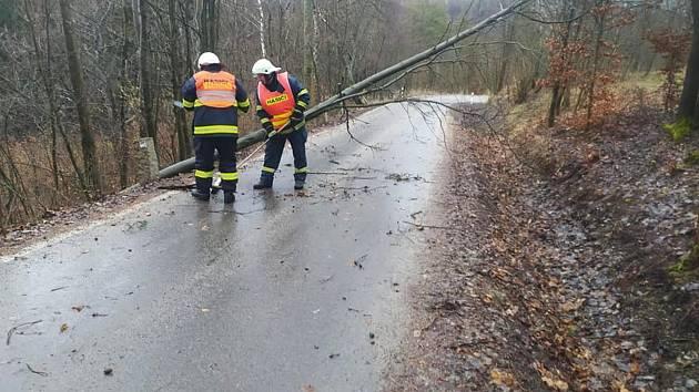 Popadané stromy na Maloskalsku.