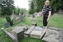 Josef Matura ukazuje rozbořené hroby v Tanvaldě.