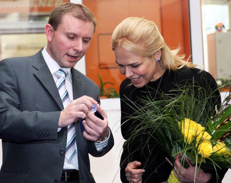 Slavnostní ražbu medaile Václav Havel sledovala ve čtvrtek odpoledne v jablonecké České mincovně jeho manželka Dagmar. Stříbrný a zlatý numizmatický unikát může pro Nadaci Vize 97 z prodeje vynést až dva miliony korun.
