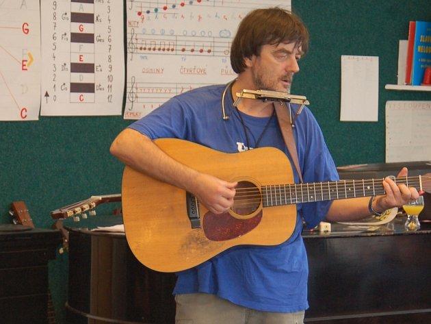 Pepa Nos si s výukou hudební výchovy nelámal hlavu. Jeho veselá hudba rozesmála snad každého.