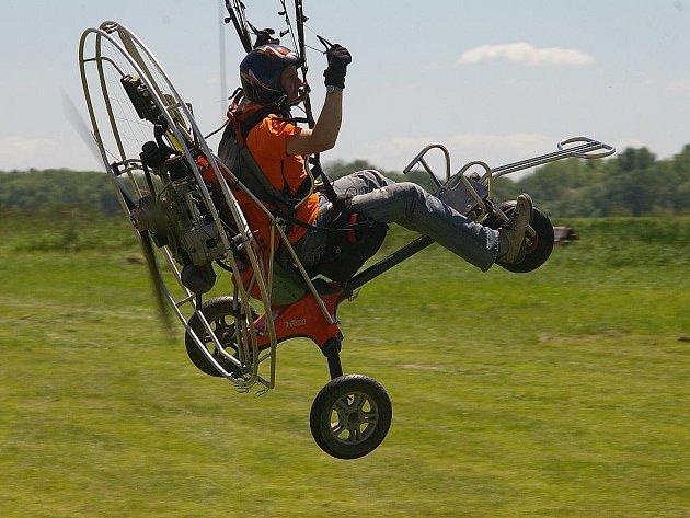 Motorový paragliding. Ilustrační snímek.