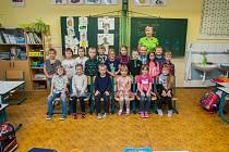 Prvňáci z 1.A Základní školy Rychnov u Jablonce nad Nisou se fotili do projektu Naši prvňáci. Na snímku je s nimi třídní učitelka Jana Vinklerová.