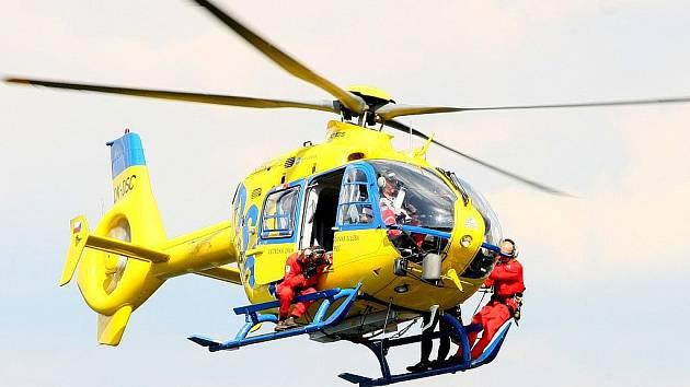 Ukázka slaňování členů lezecké skupiny Letecké záchranné služby Libereckého kraje.