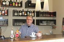 Vladimír Buriánek za barem restaurace v železnobrodském hotelu Veselý.