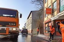 Jarní úklid jabloneckých ulic začal o víkendu na Horním náměstí. Celkem se bude po městě uklízet devět týdnů.
