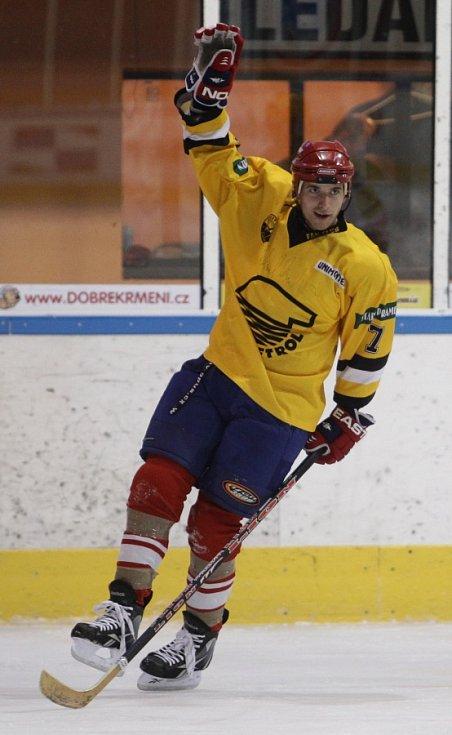 Fotbalisté Baumitu si zahráli hokej. Na snímku oslavuje branku Jan Kovařík.