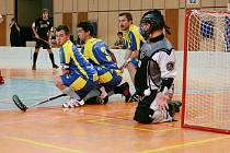Florbalisté Campusus mají za sebou smolné domácí představení. Ve dvou zápasech dvakrát prohráli. Na snímku zápas proti Vinohradům (v černém) skončil 3:6.