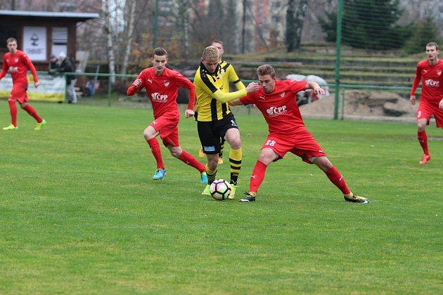 Divizní utkání - předposlední zápas podzimní části soutěže Jiskra Mšeno A - Kratonohy 5:0 (2:0). Mšeno - červené dresy.