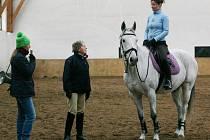 Souznění jezdce a koně, takový byl výsledek třídenního semináře s mezinárodní rozhodčí Alison Robbins (uprostřed)