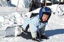 Pád na ledovou plotnu na sjezdovce je stejně tvrdý jako pád na beton nebo asfalt na silnici. Některé zdravotní pojišťovny na nákup ochranných pomůcek, a to nejen přileb, pro děti do 15 let přispívají.