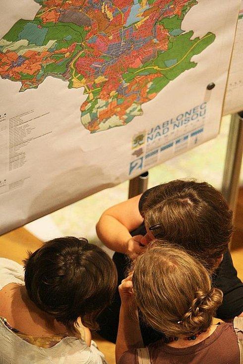 Projednávání koncepce Územního plánu Jablonce nad Nisou s veřejností v jabloneckém Eurocentru.