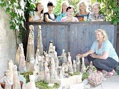 Čtyřicet postaviček keramického betlému vytvořily pod vedením lektorky Viktorie Vackové (vpravo dole) ženy, které navštěvují kurz v jabloneckém Vikýři.