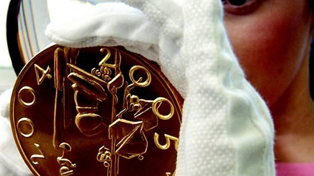 Kilová medaile z roku 2005 k prvnímu výročí vstupu České republiky do Evropské unie  je cenná i krásná.