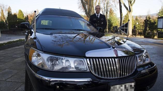 Pohřební služba Ladislava Kopala a její vůz Lincoln Town Car.