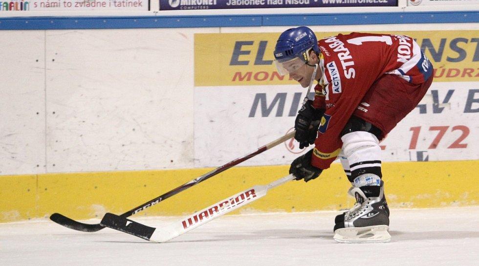 Fotbalisté Baumitu si zahráli hokej. Na snímku Karel Piták, který odvezl hokejku brankáři soupeře.