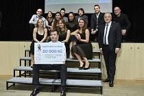 Studenti Gymnázia U Balvanu se i s porotci radují z padesáti tisíc korun na Studenťárnu.