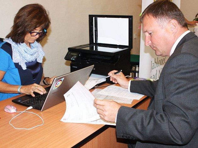 Primátor Jablonce Petr Beitl osobně kontroluje průběh e-aukce cen energií, sám se jí aktivně účastní po několikáté.