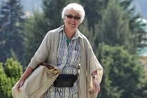 Johanna Kammerlanderová přichází k Okresnímu soudu v Semilech, kde 1. července pokračovalo jednání ve sporu této dědičky rodu Des Fours Walderode o část rodového majetku včetně turnovského zámku Hrubý Rohozec.