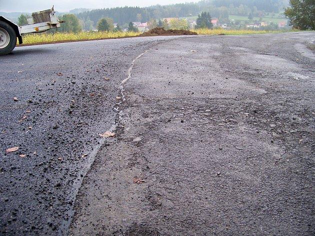 Státní pozemkový úřad zaplatil opravu cest, které z krajské silnice vybočují, a tak z této zničené silnice nyní vedou krásně vyasfaltované cesty k lesu.