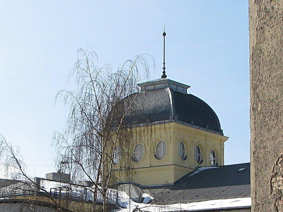 FOTO č. 1. Věž monumentálního novorenesančního objektu, který byl postaven v roce 1898. K čemu budova slouží?