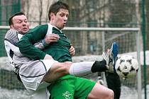 Fotbalisté Velkých Hamrů (v zeleném) vybojovali těsnou výhru nad Vratislavicemi.