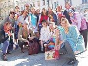 Zástupci vítězného týmu v hlasovací soutěži čtenářů Jabloneckého deníku o nejlepší maturantské tablo.