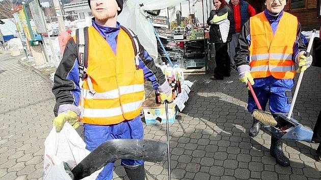 V ULICÍCH TANVALDU. Po dvou měsících pravidelného docházení na úřad práce kývnul Vlastimil Jodas (vlevo) na nabídku Městského úřadu Tanvald na úklidové práce v ulicích města.