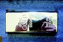 Zlatá kilová cihlička z plastu. Zájemce naletěl.