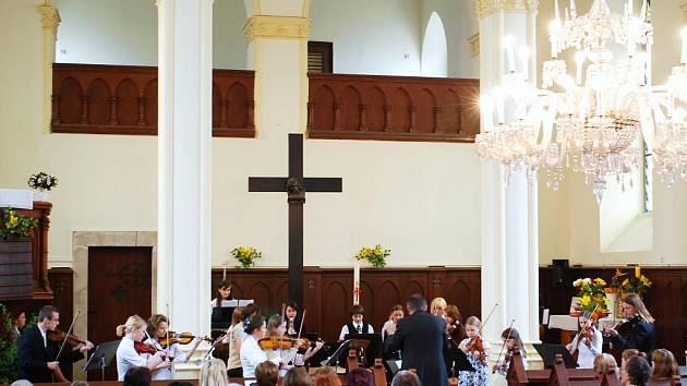 Interiér kostela Dr. Farského v Jablonci
