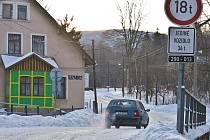 Zledovatělé silnice třetích tříd nejsou v Libereckém kraji výjimkou. Tato od Bílého Potoka na Smědavu je nejen obtížně sjízdná, ale skoro neschůdná pro pěší.