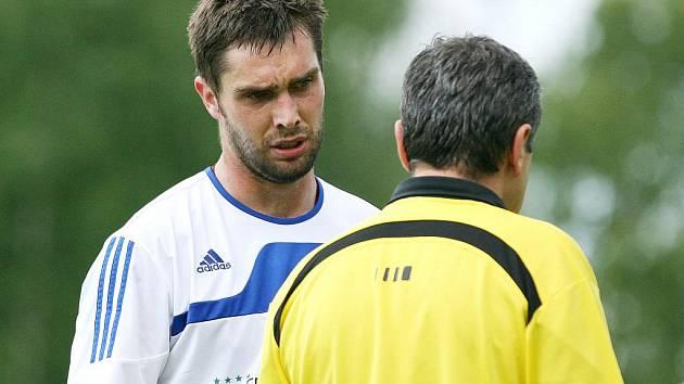 Tomáš Brezinský (vlevo) diskutuje s rozhodčím.