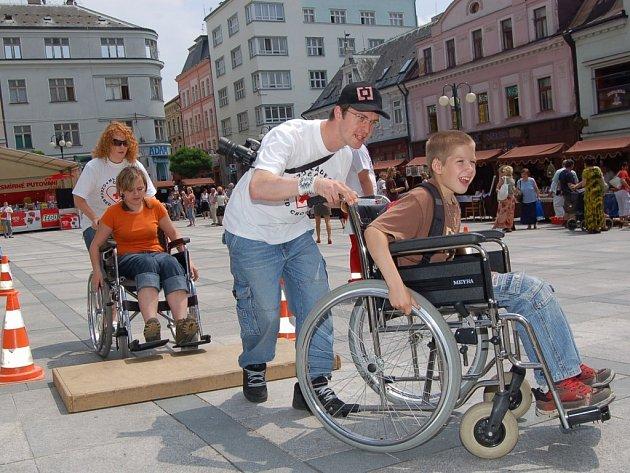 Vyzkoušet si jak se cítí lidé uvázaní na invalidní vozík si mohl každý návštěvník Dne zdravotně postižených na Mírovém náměstí.