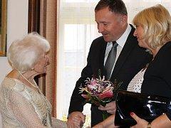 Hannelore Singer, pravnučka prvního starosty, oslavila devadesáté narozeniny ve svém rodném městě - Jablonci nad Nisou. Blahopřál jí i primátor města Petr Beitl s manželkou.