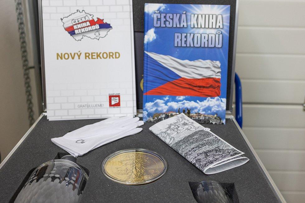 Největší sériově vyráženou zlatou minci v České republice si jako rekord v pondělí 7. června na svůj účet připsala Česká mincovna v Jablonci nad Nisou.