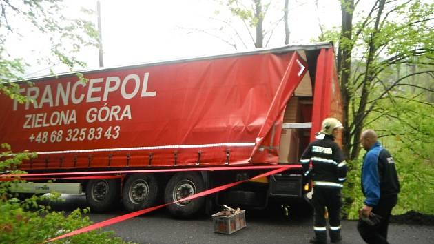 Řidič polského kamionu měl neuvěřitelné štěstí. Zabloudil do Záborčí a utrhla se s ním krajnice.
