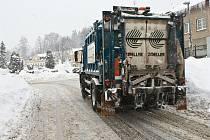 Podobný obrázek je možné vidět v řadě lokalit měst a obcí na Jablonecku. Popelářská auta i přes sněhové řetězy a vybavení 4x4 nemají šanci dostat se všude. Nahromaděný odpad odvezou při náhradním svozu.