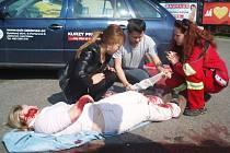 Řidiči i spolujezdci si v pondělí odpoledne vyzkoušeli první pomoc na ženě, kterou srazilo auto