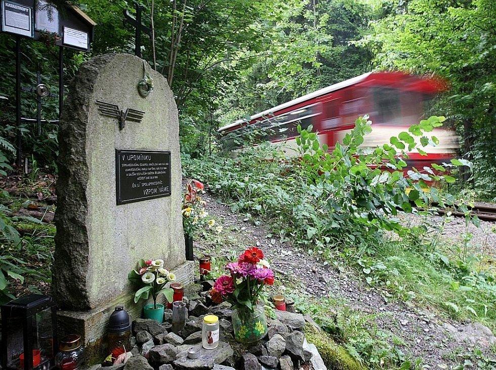 Železniční nehodu u Spálova připomíná pomníček a informační tabule.