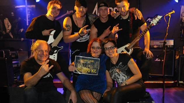 Turnovská kapela Anarchia zpívala pro Petru. Výtěžek ze vstupného obdržela Petra na nákup nového invalidního vozíku.