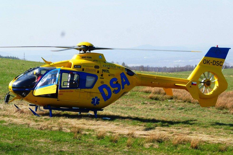 Pro motorkářku letěl k Albrechtickému kopci v sobotu po obědě vrtulník.