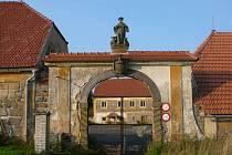 Cennou památkou tvrze je vstupní barokní brána (před opravou)se sochou sv. Vendelína s plastikami koně, býka a pískovcovým erbem rodu Hartigů.