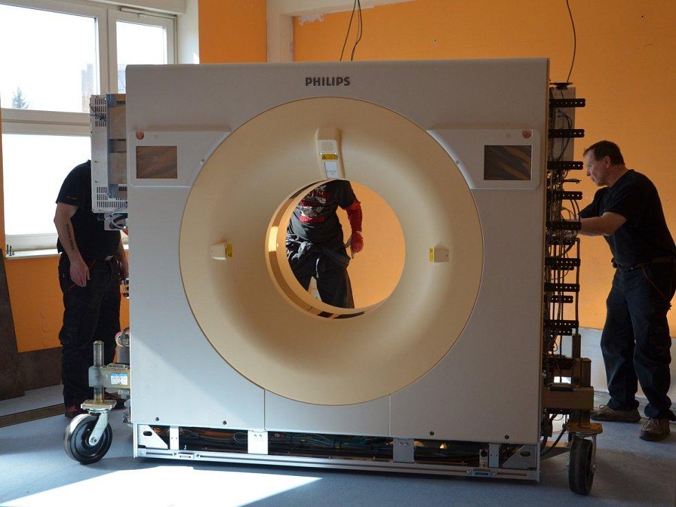NOVÝM CT se může od 18. března pochlubit jablonecká nemocnice. Novinka je výrazně rychlejší než starý přístroj, což je zajištěno širším detektorem a rychlejší rotací rentgenky.